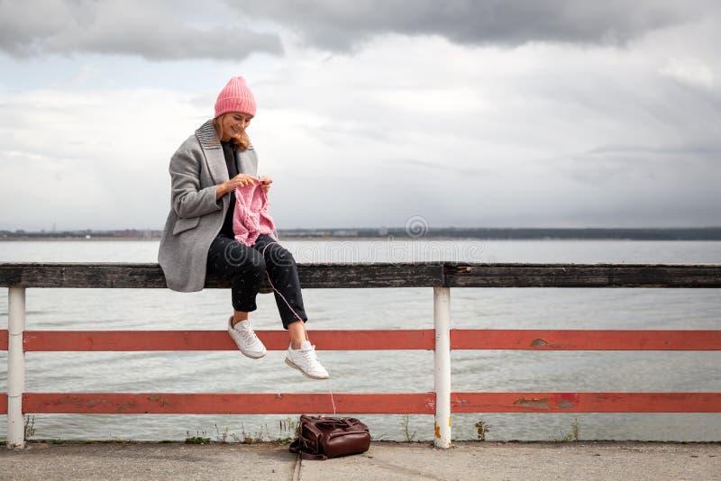 Atmosferyczny styl życia kobiety dzianie obrazy stock