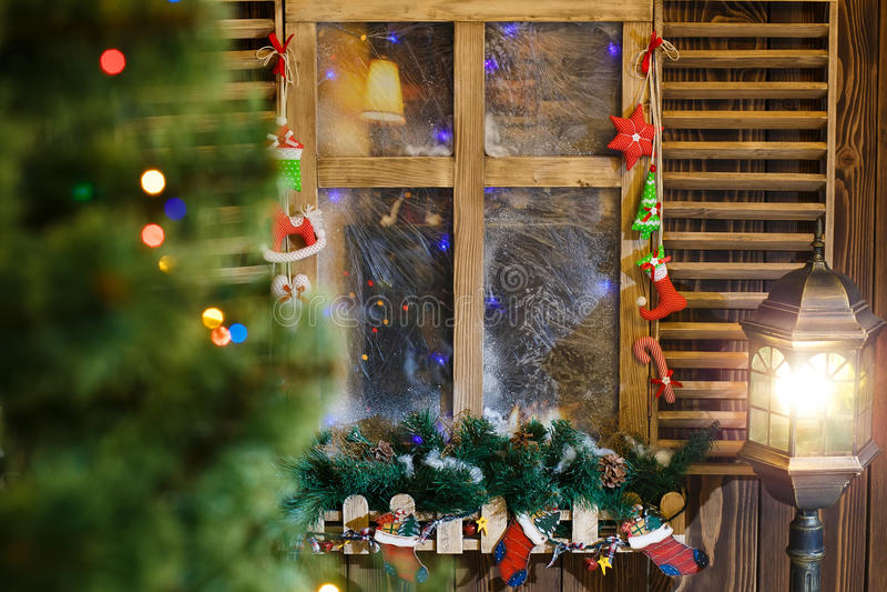 Atmosphärische Weihnachtsfensterbrettdekoration stockfotos