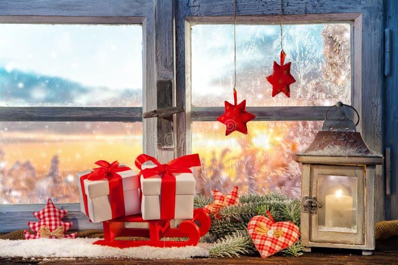Atmosphärische Weihnachtsfensterbrettdekoration lizenzfreie stockbilder