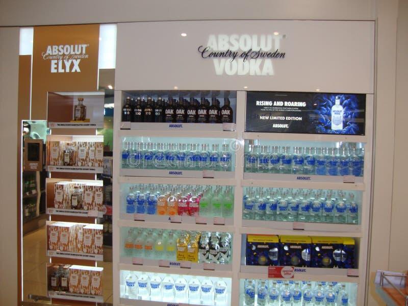 Atmosphère de vodka d'Absolut et de vin d'elyx d'absolut dans l'aéroport de Dubaï photo libre de droits