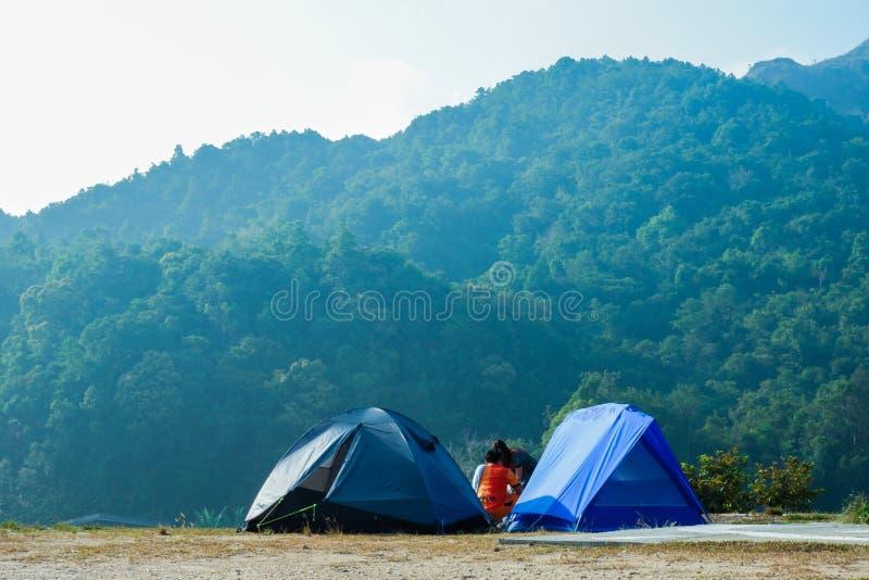 Atmosph?re, Berge, Himmel, bew?lkt sch?nen Wasserf?lle Pileok-Subdistrict in altem Bergwerk Mueang Kanchanaburi nahe dem Thail?nd lizenzfreies stockfoto