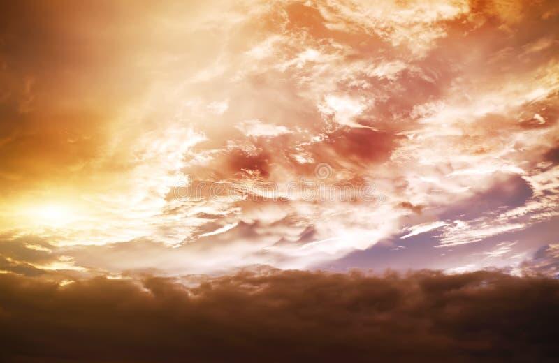 atmostphere Hintergrund am Goldbewölkten Tag lizenzfreie stockfotos