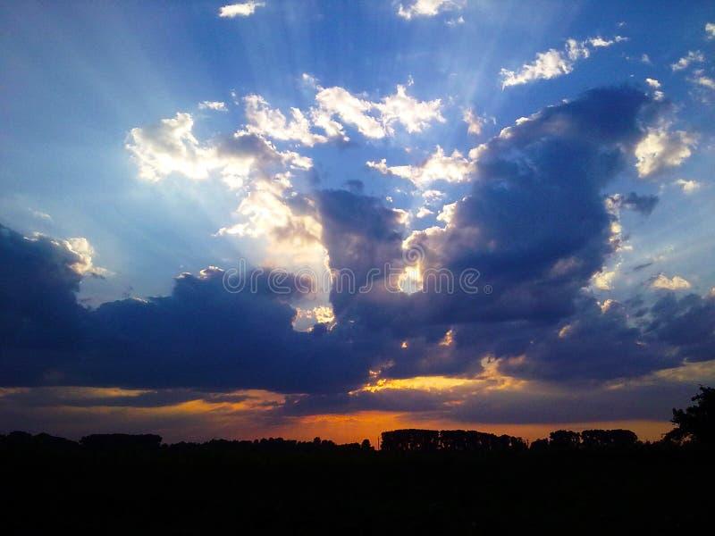 Atmungsfeuer des Drachen von den Wolken stockbild