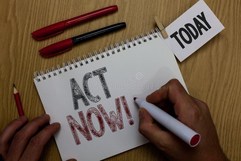 Ato conceptual da exibição da escrita da mão agora A foto do negócio que apresenta tendo a resposta rápida que pede que alguém fa imagens de stock royalty free
