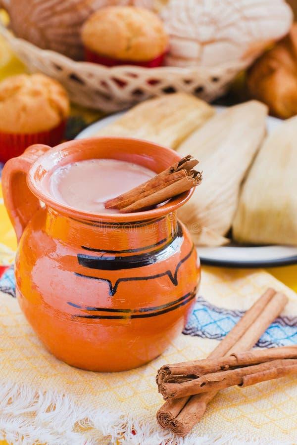 Atol De Czekolada, meksykański tradycyjny napój i tamales Robić z, cynamonem i czekoladą w Meksyk obrazy royalty free