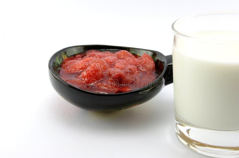 Atolamento e leite de morango imagem de stock royalty free