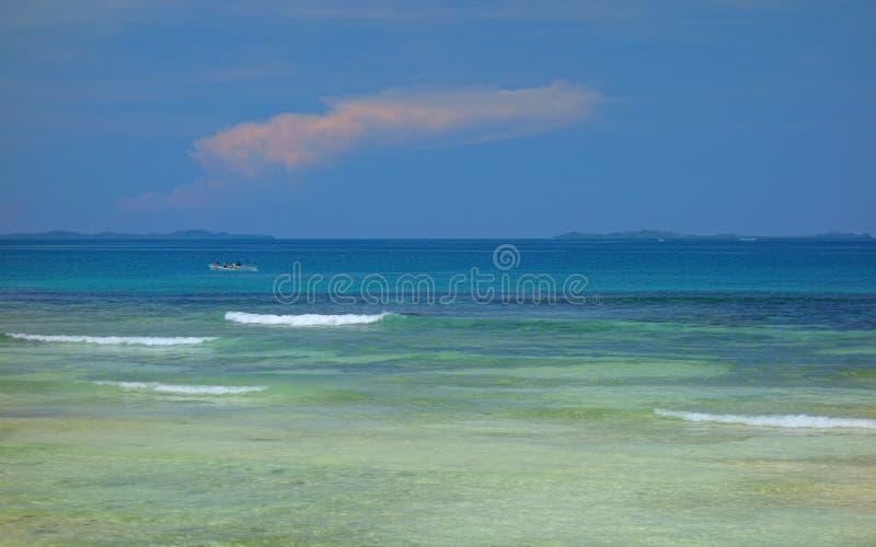 Atoll dans l'océan pacifique photographie stock libre de droits