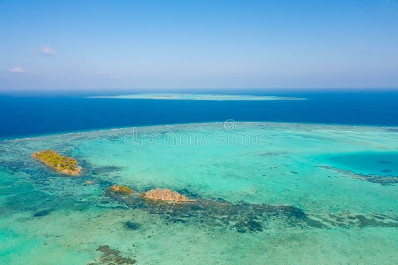 Atoll und blaues Meer, Ansicht von oben Meerblick bis zum Tag Kleine Inseln auf den Riffen lizenzfreie stockfotografie