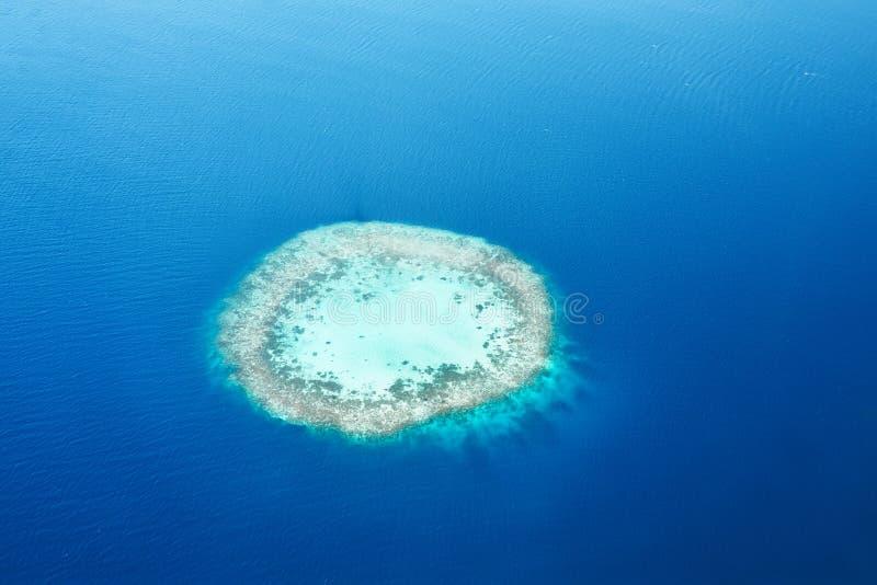 Atollen en eilanden in de Maldiven van luchtmening stock fotografie
