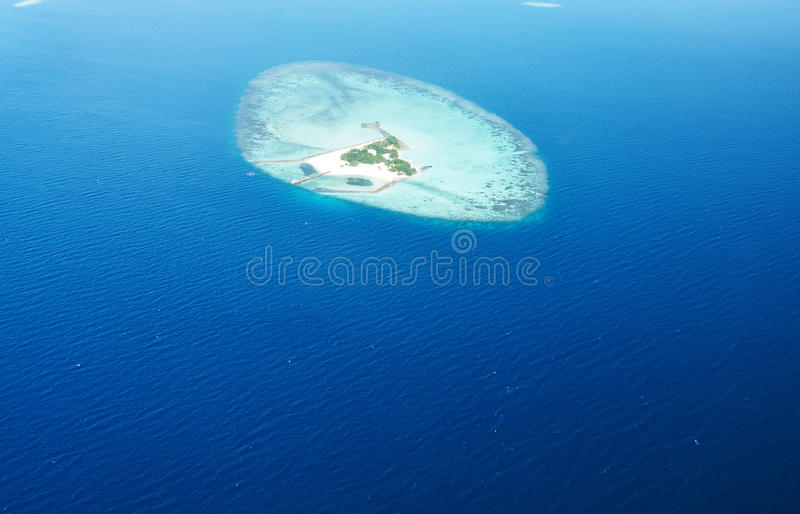 Atollen en eilanden in de Maldiven van luchtmening stock afbeelding