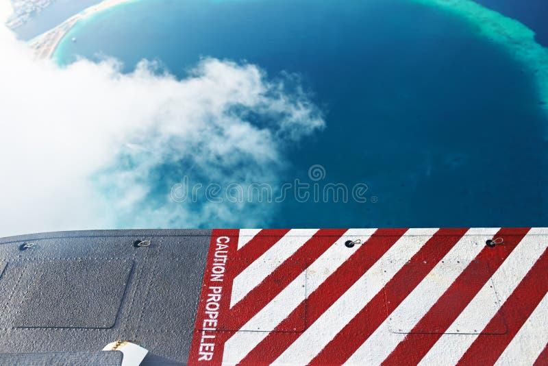 Atollen en eilanden in de Maldiven, van meningswatervliegtuig stock foto's