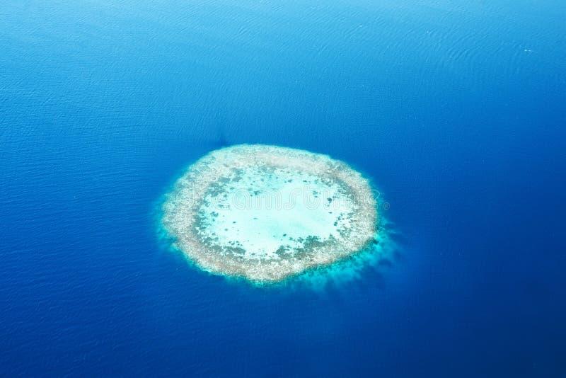 Atoller och öar i Maldiverna från flyg- sikt arkivfoto