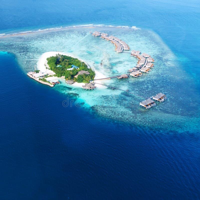Atoller och öar i Maldiverna från flyg- sikt royaltyfri fotografi