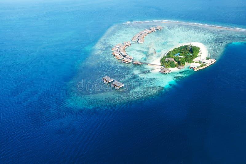 Atoller och öar i Maldiverna från flyg- sikt royaltyfria foton