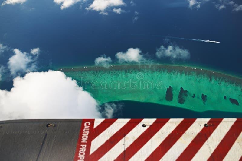 Atoller och öar i Maldiverna, från siktssjöflygplanet royaltyfri bild