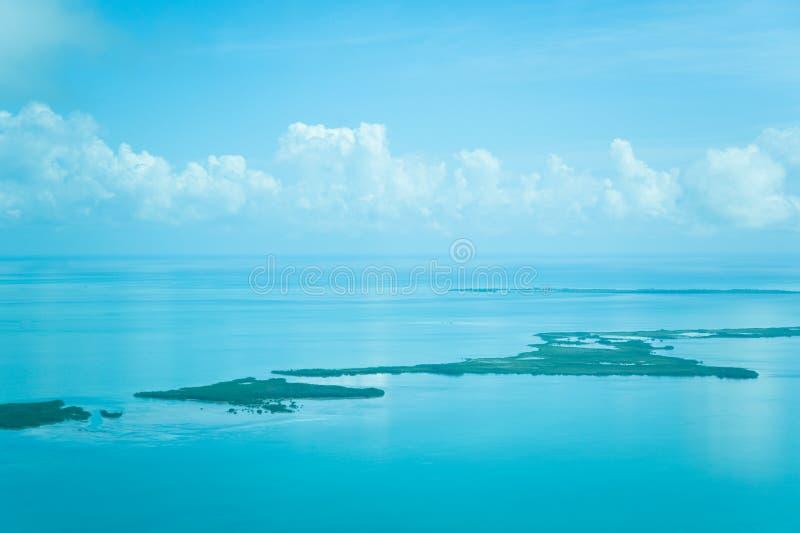 Atolls no oceano imagens de stock royalty free