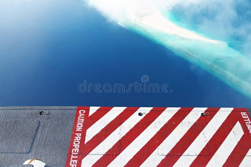 Atolones e islas en Maldivas, del hidroavión de la visión foto de archivo