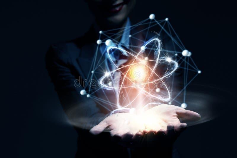 Atom molekuła w żeńskiej ręce zdjęcia royalty free