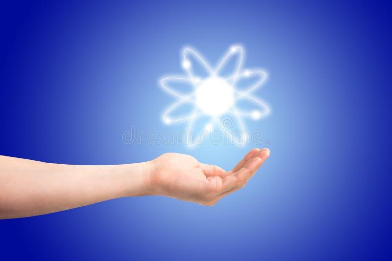 Atom struktury model w ręce obrazy royalty free