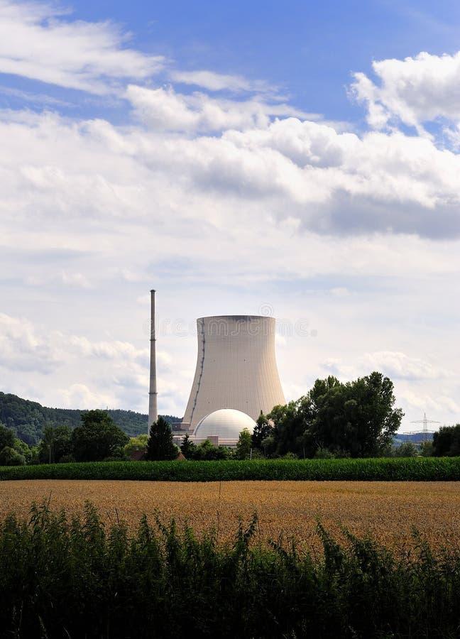 Atomardes wiesengrases des atomkraftwerks blauer Himmel stockfoto