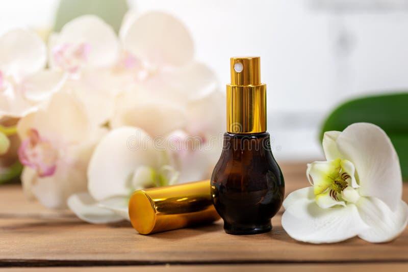 Atomizador floral do perfume do perfume com flor da orquídea imagem de stock royalty free