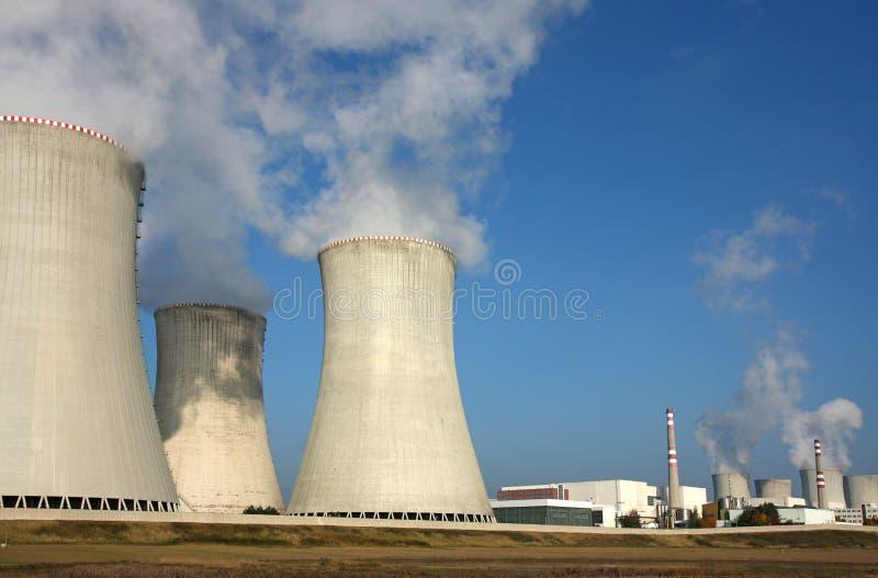 Atomkraftwerk über Landwirtschaftsfeld lizenzfreie stockbilder
