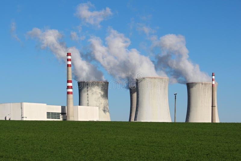 Atomkraftwerk auf dem grünen Gebiet lizenzfreie stockfotografie