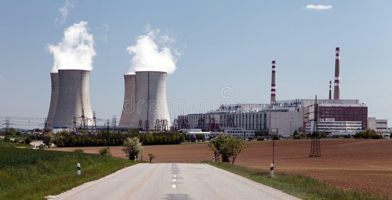 Atomkraftwerk Dukovany mit Straße, Tschechische Republik lizenzfreie stockfotografie