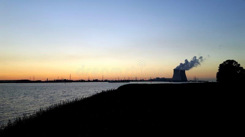 Atomkraftwerk nahe Antwerpen stockfotografie