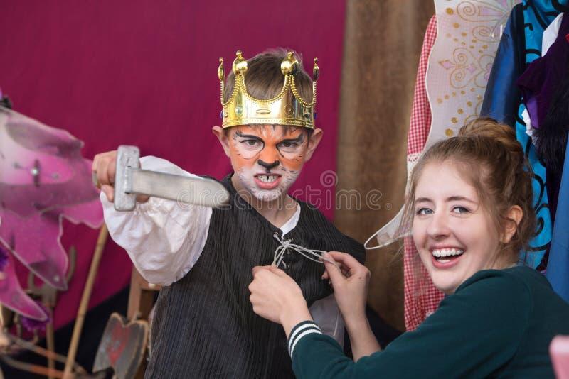 Ator da criança vestido como a coroa vestindo do rei fotografia de stock royalty free