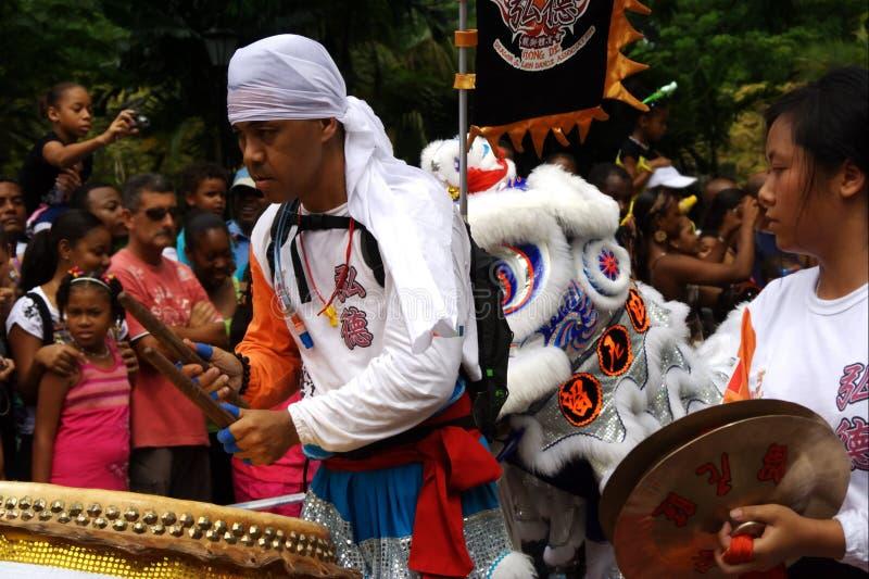 Atores asiáticos com cilindro. Carnaval. fotos de stock