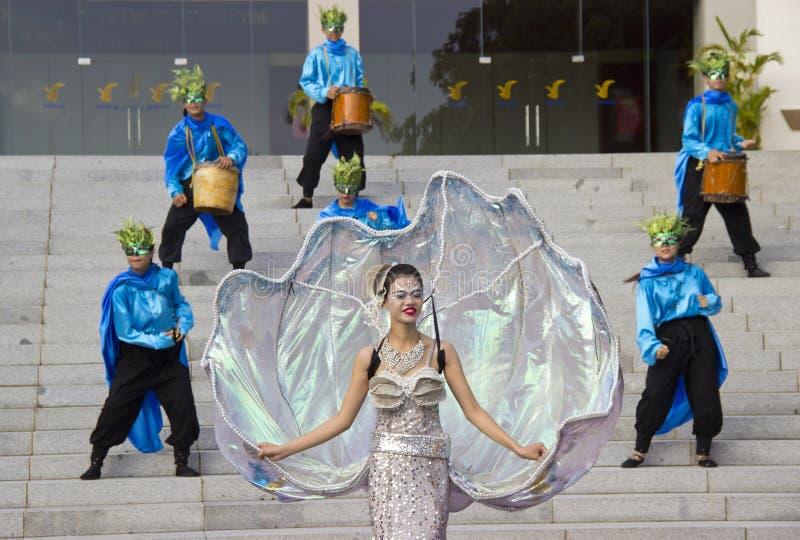 atores em trajes do carnaval fotos de stock