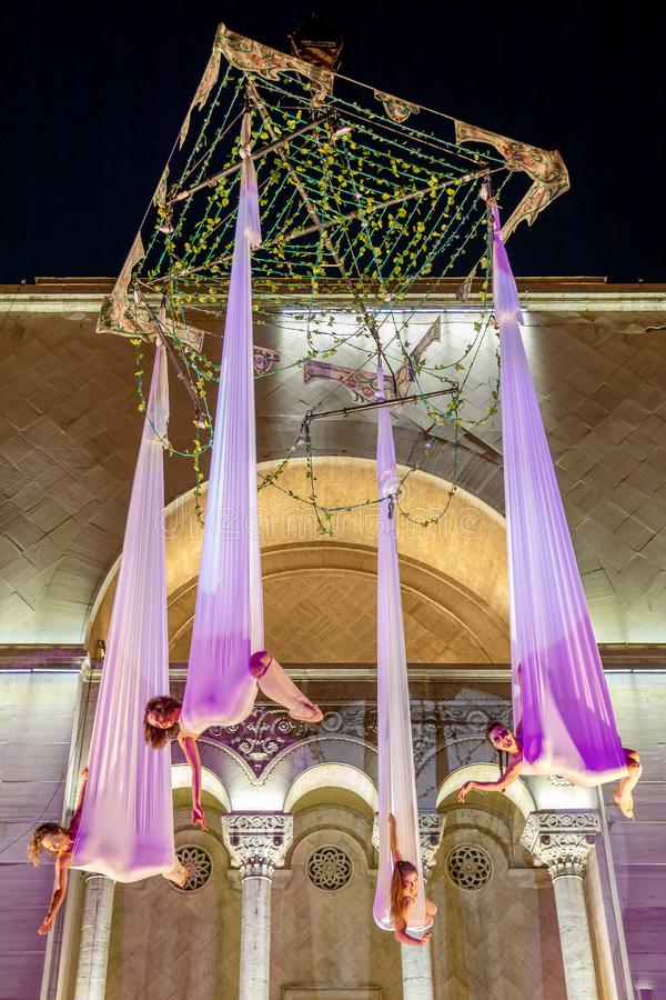 Atores espanhóis no teatro do ar da mostra da noite na rua imagens de stock