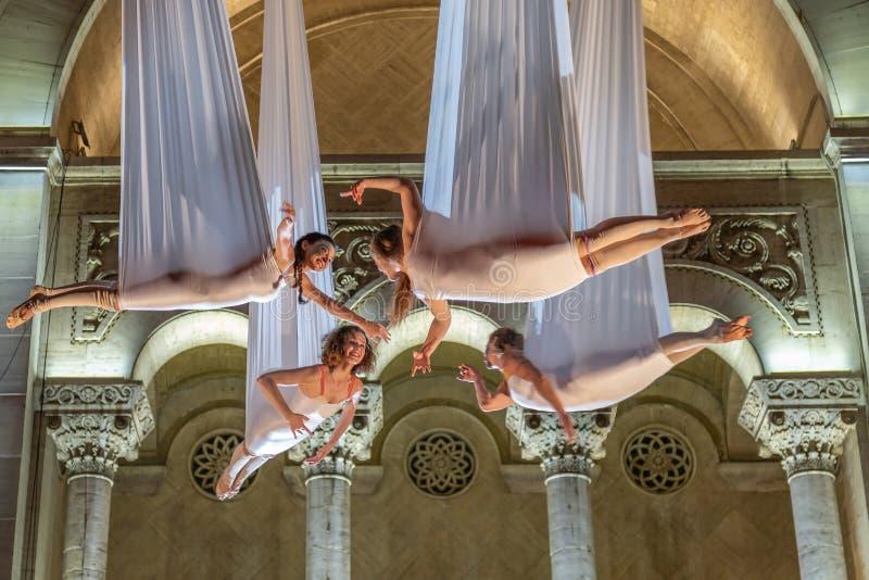 Atores espanhóis no teatro do ar da mostra da noite na rua fotos de stock
