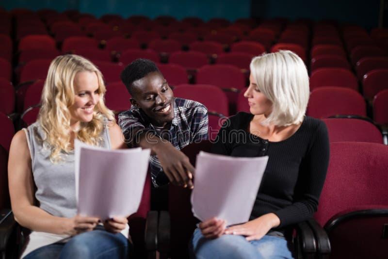 Atores que leem seus roteiros na fase no teatro fotos de stock