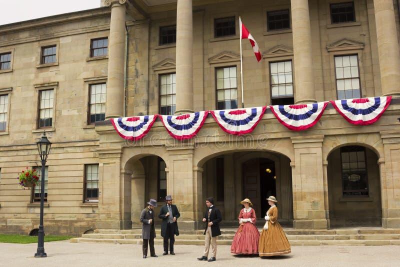 Atores vestidos como pais e senhoras da confederação em Charlot imagem de stock royalty free