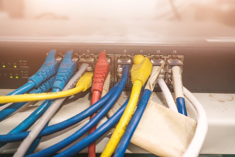 Atormente interruptor y cable del panel de los interruptores o de la red en centro de datos foto de archivo libre de regalías