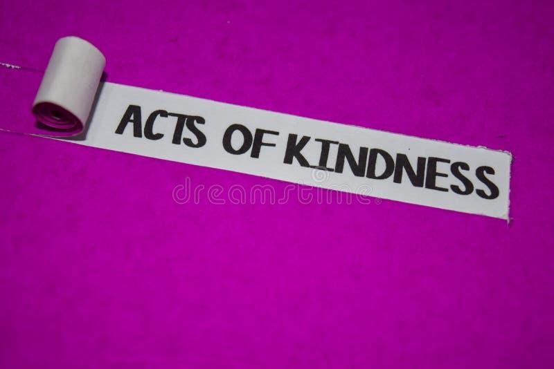 Atos do texto da bondade, da inspiração e do conceito positivo das vibrações no papel rasgado roxo foto de stock