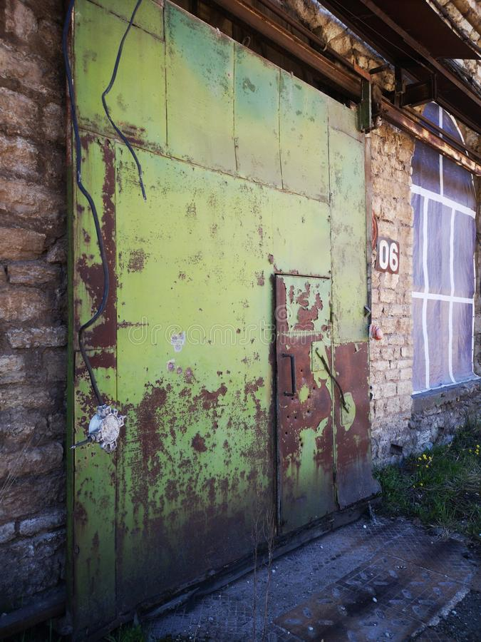 Atrás da fábrica abandonada contemporânea da arte da rua das portas imagens de stock