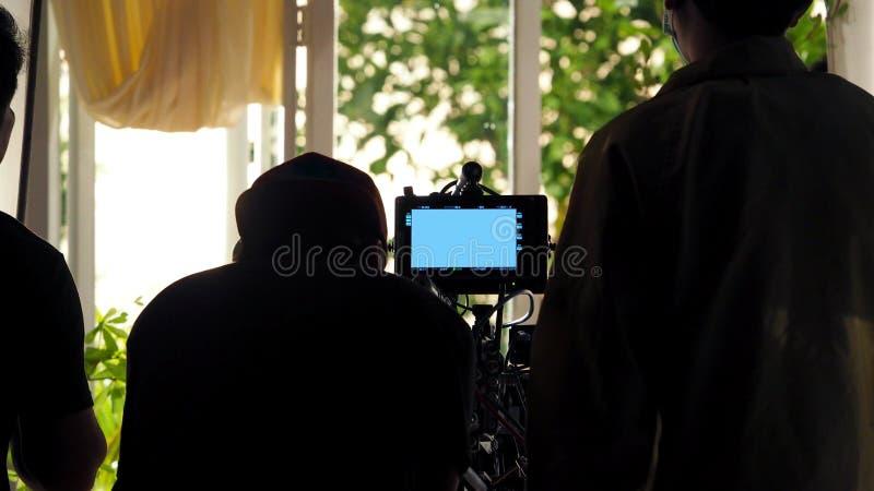 Atrás das cenas da silhueta video da equipe do grupo de produção do tiro fotos de stock