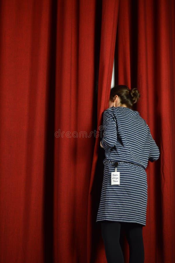 Atrás das cenas e das cortinas vermelhas fotografia de stock royalty free