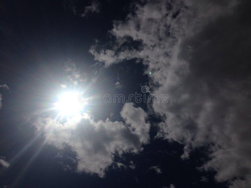 Atrás de cada nuvem, é um dia ensolarado imagem de stock royalty free