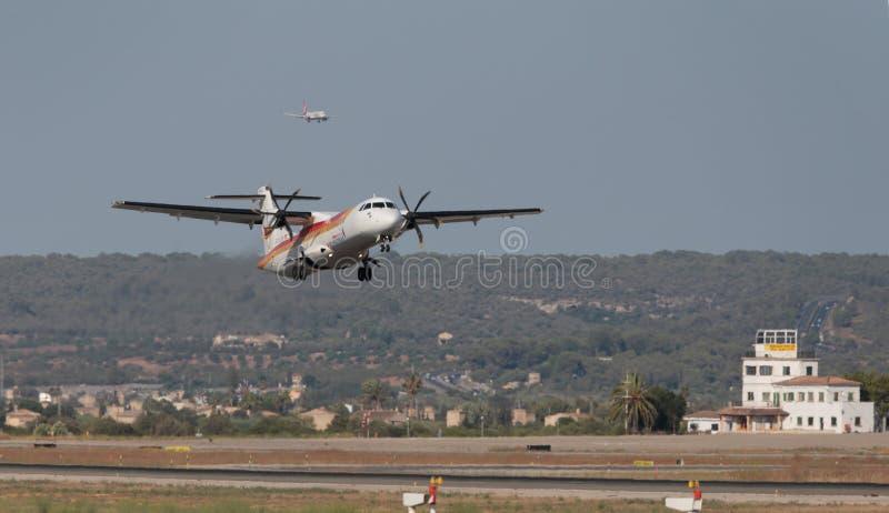ATR 72 bliźniaka parowozowy turbośmigłowy samolot zdejmuje od palmy lotniska fotografia stock