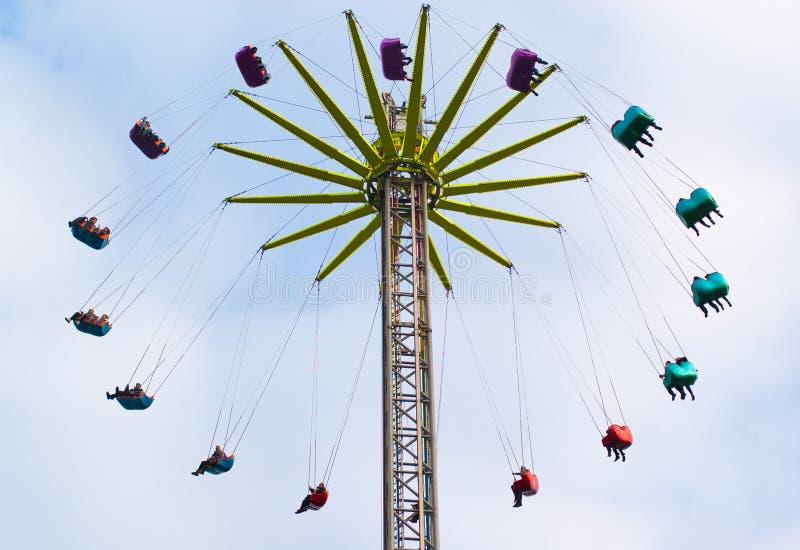 Atração colorida do parque temático com assentos coloridos fotos de stock