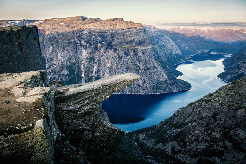 Atração do turismo de Noruega - Trolltunga Rocha da língua da pesca à corrica no condado de Hordaland imagens de stock royalty free