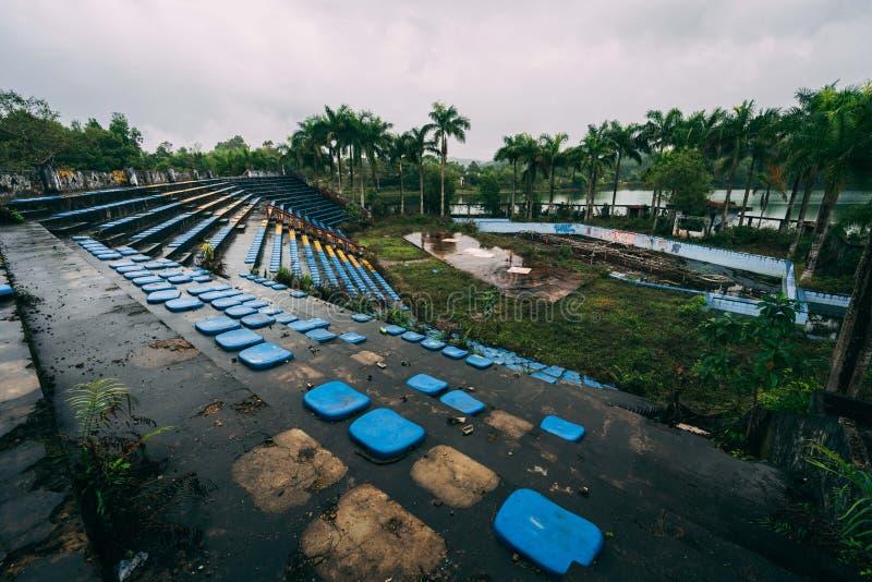 A atração escura Ho Thuy Tien do turismo abandonou o waterpark, perto da cidade da matiz, Vietname central, 3Sudeste Asiático imagem de stock royalty free