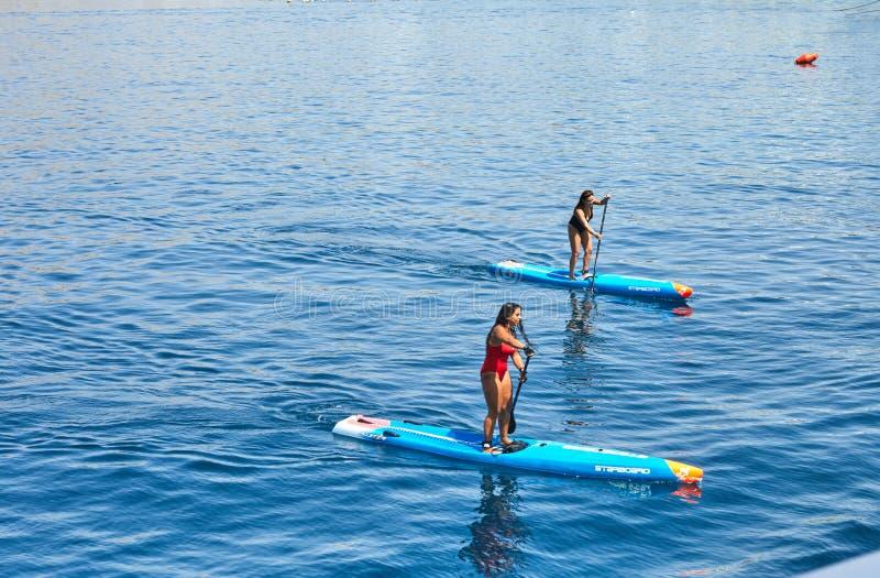 Atração para turistas, navegando em um barco com uma pá no Mar Vermelho imagens de stock