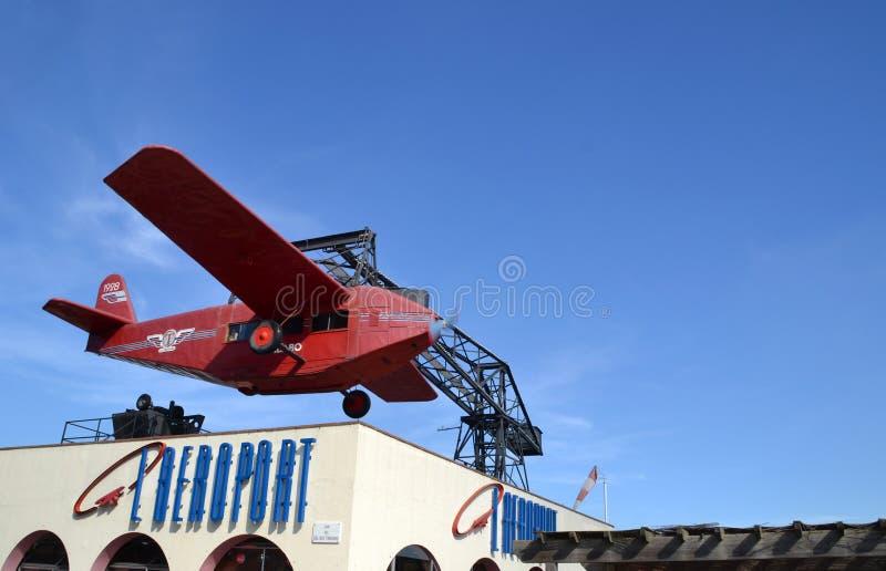 A atração vermelha do avião no parque de diversões de Tibidabo em Barcelona, Espanha fotos de stock royalty free