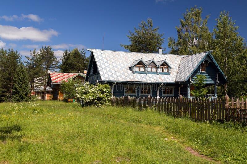 Atrações da vila do russo em Verkhniye Mandrogi fotografia de stock
