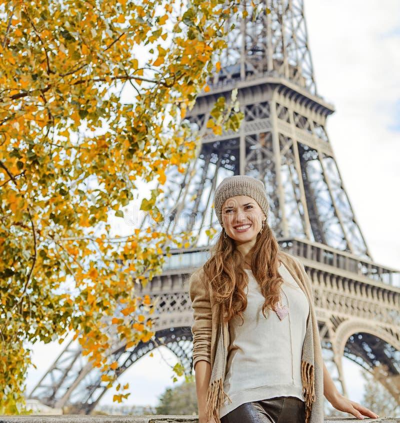 Atrações de exploração de sorriso da mulher elegante em Paris, França imagem de stock